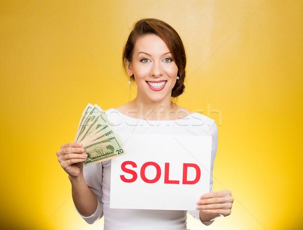 Geslaagd zakenvrouw uitverkocht teken cash Stockfoto © ichiosea