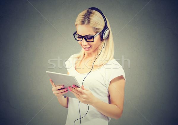 Boldog fiatal nő táblagép zenét hallgat fejhallgató nő Stock fotó © ichiosea dcd824ec85