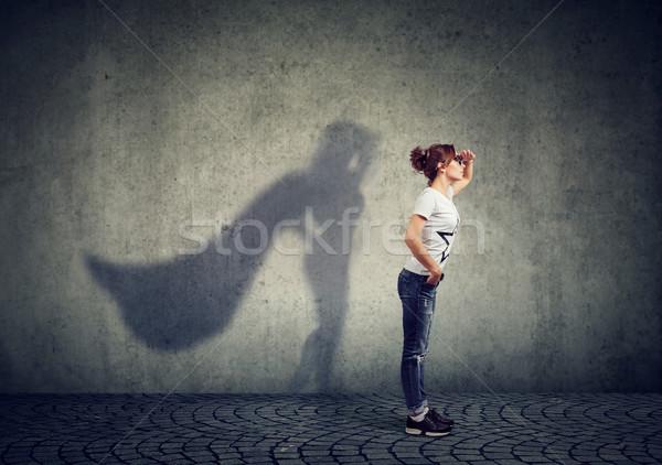 Dapper vrouw poseren zijaanzicht naar Stockfoto © ichiosea