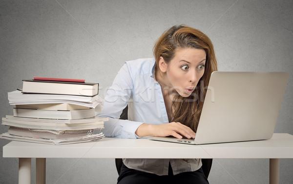 Donna utilizzando il computer portatile computer seduta tavola Foto d'archivio © ichiosea