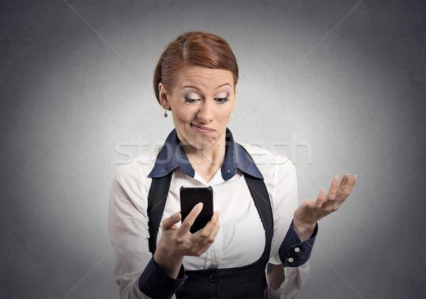 Elégedetlen nő olvas rossz hírek okostelefon közelkép Stock fotó © ichiosea