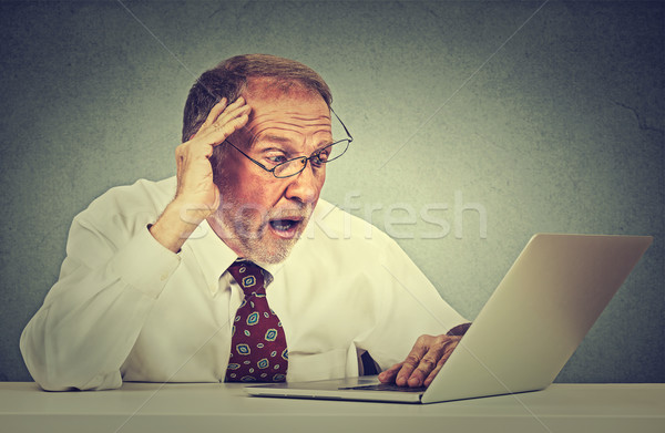 Angstig senior man naar laptop scherm Stockfoto © ichiosea