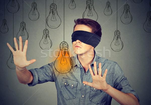 Bekötött szemű férfi sétál villanykörték keres ötlet Stock fotó © ichiosea