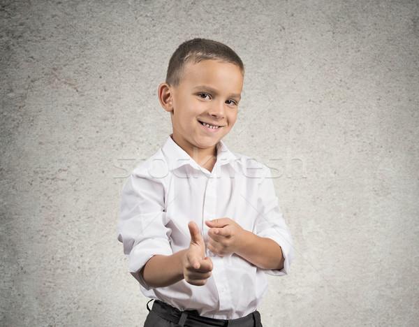 Jonge glimlachend man wijzend vingers Stockfoto © ichiosea