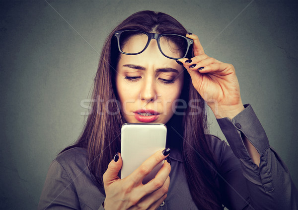 Kadın gözlük sorun cep telefonu vizyon sorunları Stok fotoğraf © ichiosea