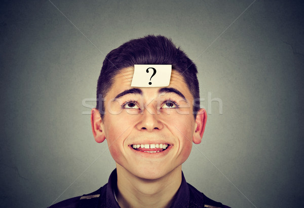 Férfi öntapadó jegyzet kérdőjel homlok felfelé néz szürke Stock fotó © ichiosea