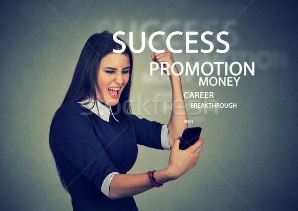 Exitoso jóvenes mujer de negocios lectura una buena noticia Foto stock © ichiosea