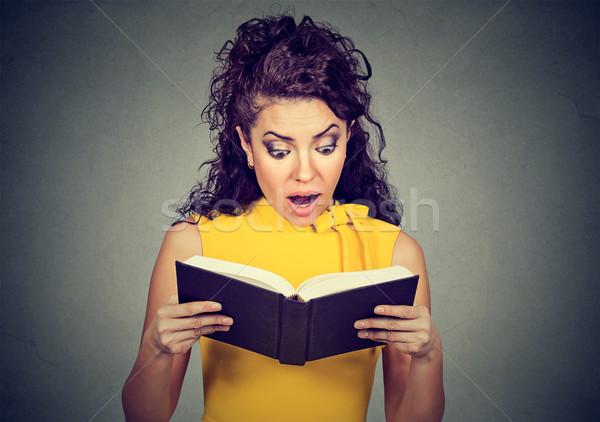 Zdziwiony kobieta czytania książki odizolowany Zdjęcia stock © ichiosea