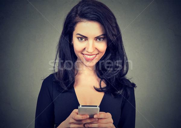 Nevet nő sms üzenetküldés okostelefon kellemes diagram Stock fotó © ichiosea