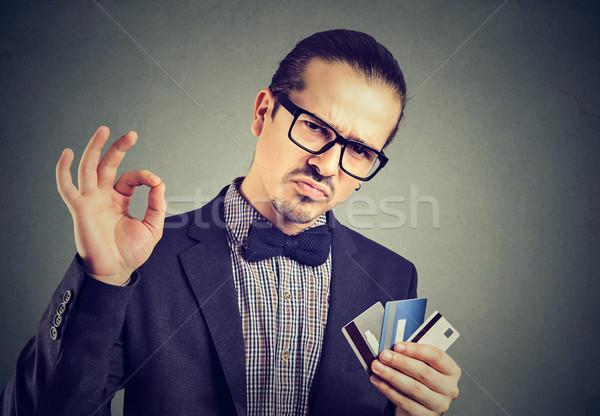 üzletember hitelkártyák fiatal elegáns férfi szemüveg Stock fotó © ichiosea