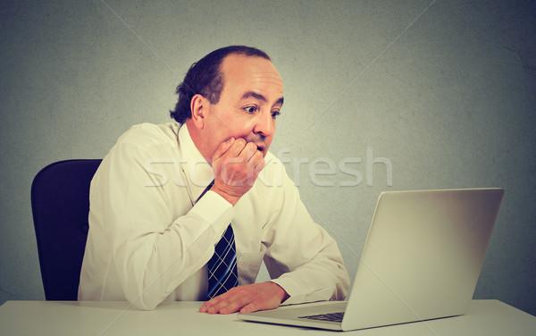 Kétségbeesett középkorú alkalmazott férfi dolgozik számítógép Stock fotó © ichiosea
