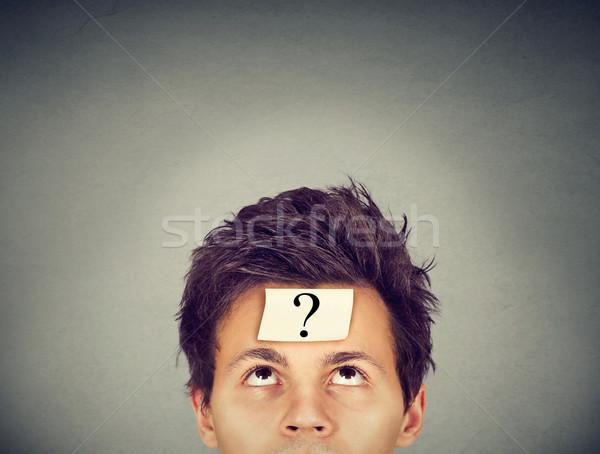 Denken man vraagteken grijs muur gezicht Stockfoto © ichiosea