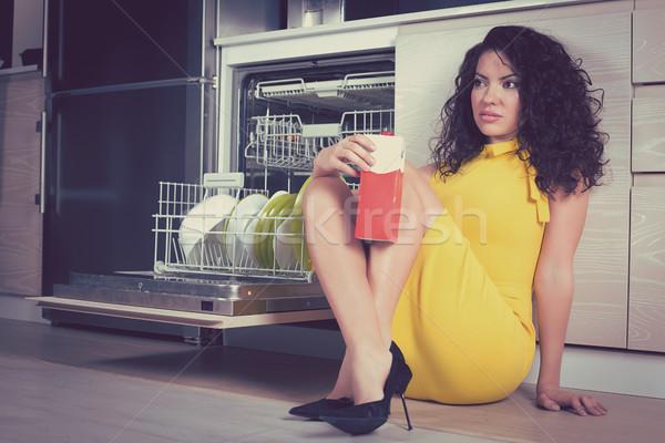Mooie vrouw ontspannen keuken vergadering vloer pack Stockfoto © ichiosea