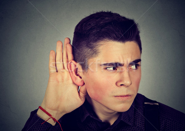 Curioso preocupado homem mão ouvido escuta Foto stock © ichiosea