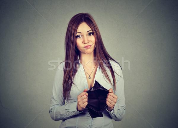 Nő nincs pénz szomorú üzletasszony tart üres Stock fotó © ichiosea