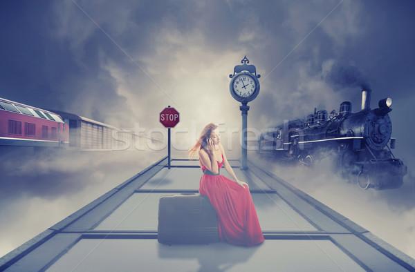 Сток-фото: женщину · ждет · поезд · железнодорожная · станция · говорить