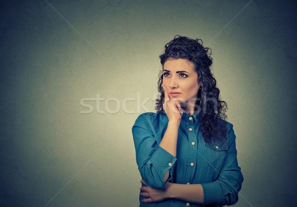 Nő gondolkodik álmodik sok ötletek felfelé néz Stock fotó © ichiosea