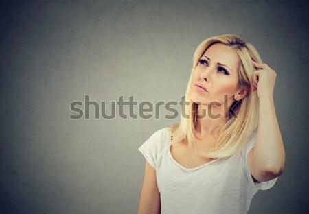 Gondolkodik nő fej megoldás fiatal nő felfelé néz Stock fotó © ichiosea