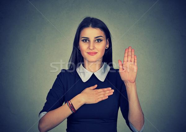 Fiatal nő készít ígéret izolált szürke fal Stock fotó © ichiosea