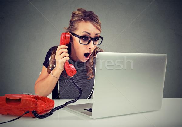 Megrémült fiatal nő telefon laptopot használ számítógép irodai asztal Stock fotó © ichiosea