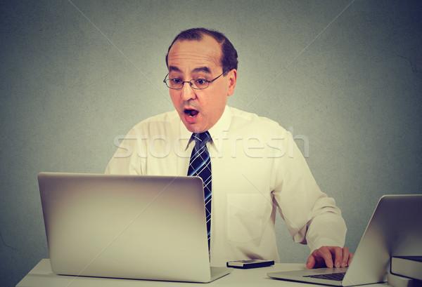 Scioccato uomo seduta computer portatile di mezza età uomo d'affari Foto d'archivio © ichiosea