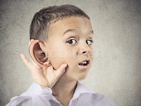 Nieuwsgierig weinig jongen man luisteren voorzichtig Stockfoto © ichiosea