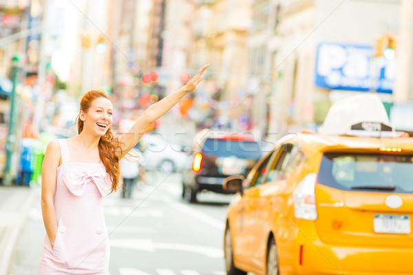 Mulher jovem amarelo táxi caminhada rua novo Foto stock © ichiosea