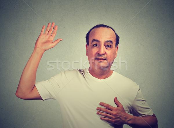 Középkorú férfi készít ígéret izolált szürke fal Stock fotó © ichiosea