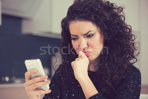 Stock fotó: Zaklatott · zavart · fiatal · nő · mobiltelefon · olvas · szöveges · üzenet
