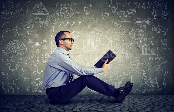 Hombre lectura libro ciencia fórmulas gafas Foto stock © ichiosea