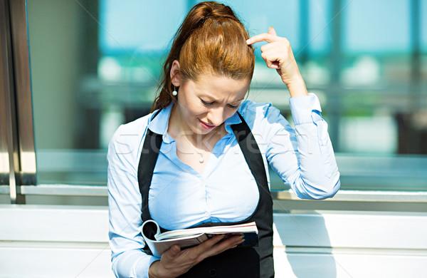 üzletasszony olvas magazin zavart közelkép portré Stock fotó © ichiosea