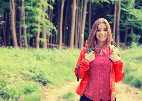 Fiatal természetjáró erdő mosolyog élvezi természet Stock fotó © ichiosea