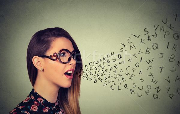 Mujer gafas hablar alfabeto cartas fuera Foto stock © ichiosea