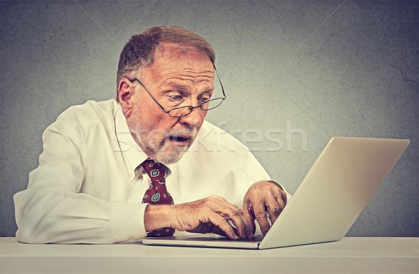 Mylić zdziwiony starszy człowiek pc laptop Zdjęcia stock © ichiosea