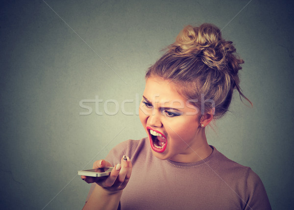 Boos jonge vrouw schreeuwen mobiele telefoon negatieve menselijke Stockfoto © ichiosea
