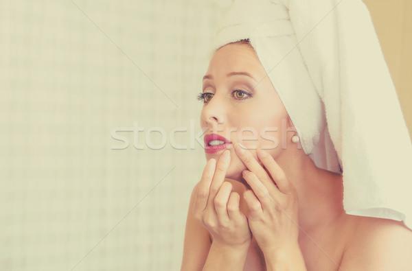 Zaklatott nő néz tükör csalódott lát Stock fotó © ichiosea