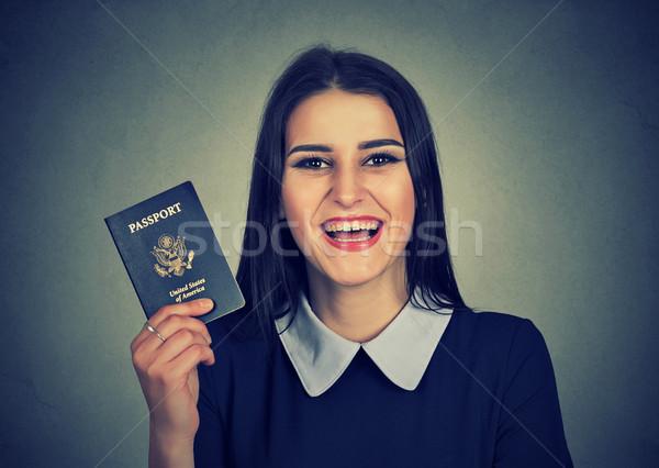 Aantrekkelijk jonge opgewonden vrouw USA paspoort Stockfoto © ichiosea