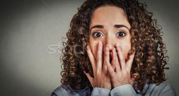 Bezorgd bang jonge vrouw vrouw handen muur Stockfoto © ichiosea