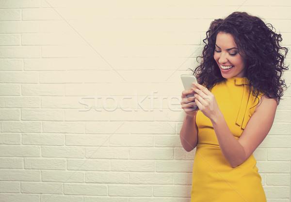 Nő internet kapcsolat sms chat okostelefon portré Stock fotó © ichiosea