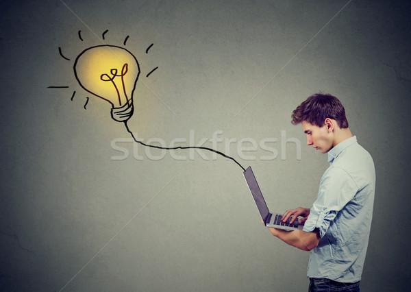 Giovani grave uomo utilizzando il computer portatile giovane Foto d'archivio © ichiosea
