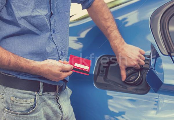 Man creditcard opening brandstof tank Stockfoto © ichiosea