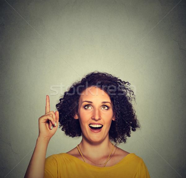 Boldog gyönyörű nő ötlet felfelé néz mutat ujj Stock fotó © ichiosea