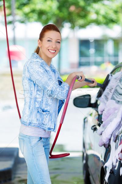 Foto stock: Sorridente · mulher · jovem · lavagem · limpeza · compacto · carro