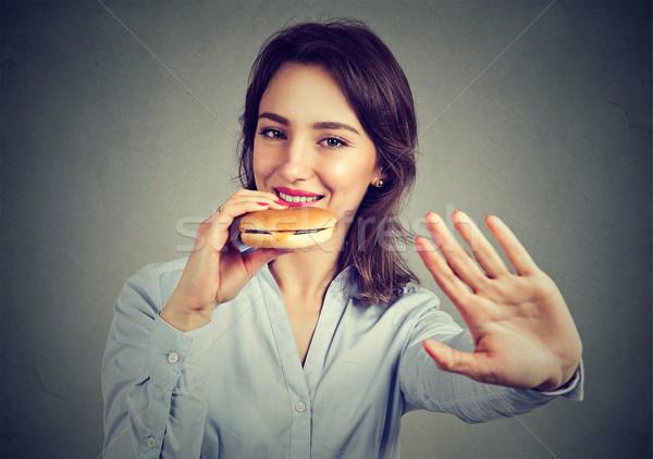 Gelukkig jonge vrouw geen dieet genieten cheeseburger Stockfoto © ichiosea