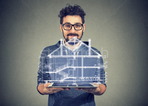 Szakállas férfi hordozható elektronikus tabletta mutat Stock fotó © ichiosea
