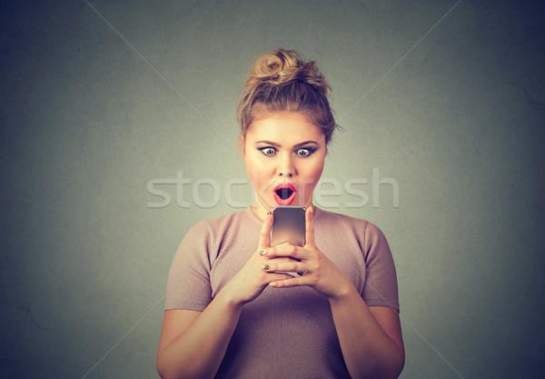 Angstig verwonderd meisje naar telefoon Stockfoto © ichiosea