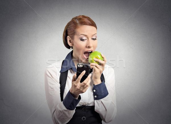女性 見える スマートフォン 食べ リンゴ クローズアップ ストックフォト © ichiosea