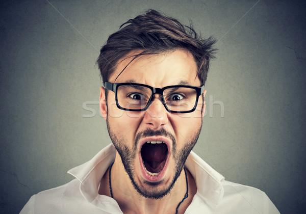 Jonge boos man naar camera schreeuwen Stockfoto © ichiosea