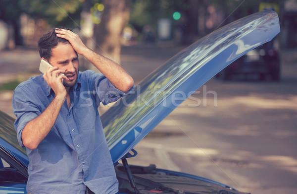 Młody człowiek wzywając przydrożny wsparcie w dół Zdjęcia stock © ichiosea