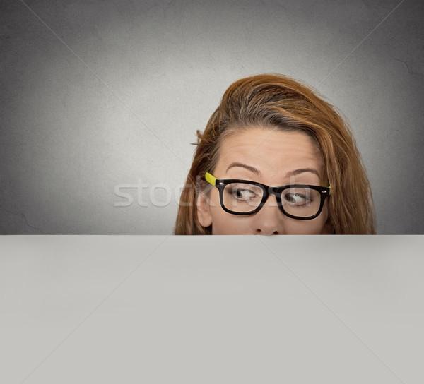 Stock fotó: Kíváncsi · nő · perem · üres · papír · óriásplakát